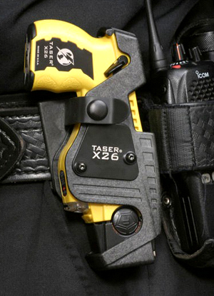 Arma paralisante no coldre de um policial